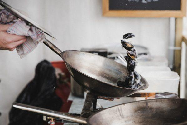 musslor i en stekpanna